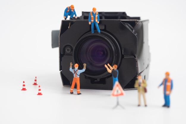 Câmera de segurança de vigilância cctv com trabalhador fazendo manutenção ou instalação.