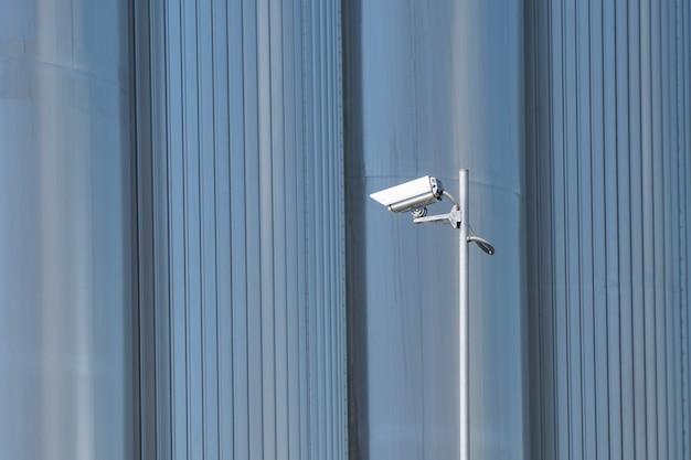 Câmera de segurança em fundo metálico