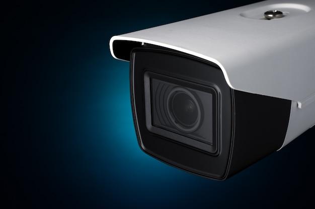 Câmera de segurança em luz neon azul.