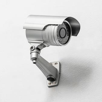Câmera de segurança moderna fixada em parede de concreto