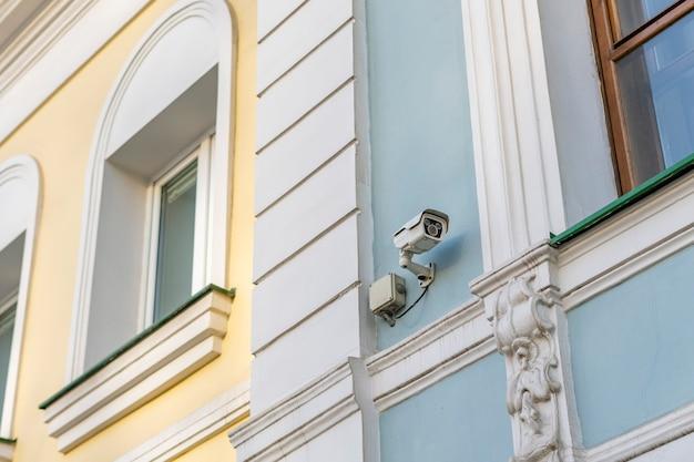 Câmera de segurança moderna nas ruas da cidade b Foto Premium