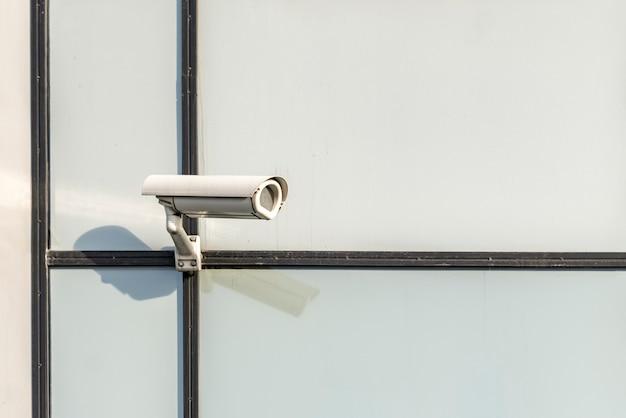 Câmera de segurança moderna nas ruas da cidade b