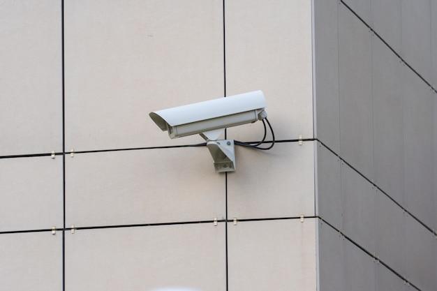Câmera de segurança na parede do edifício