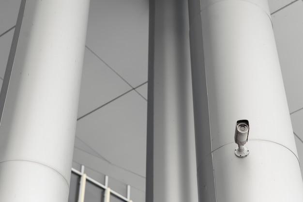 Câmera de segurança no edifício moderno leve, conceito de tecnologia.