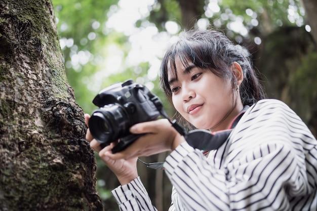 Câmera de trabalho asiática da sessão fotográfica do fotógrafo.