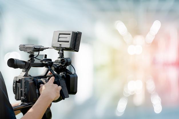 Câmera de vídeo com fundo desfocado abstrato