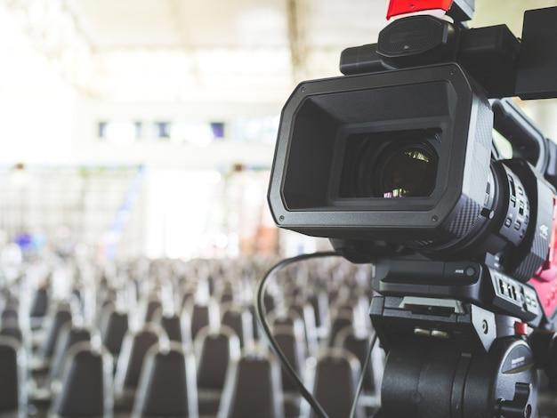 Câmera de vídeo digital 4k, preparando para gravar e transmitir um evento ao vivo