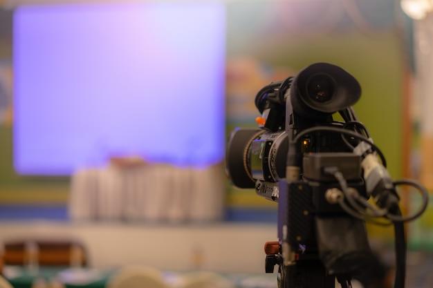 Câmera de vídeo levando streaming de vídeo ao vivo com pessoas que trabalham