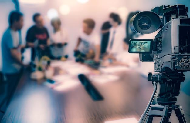 Câmera de vídeo levando streaming de vídeo ao vivo em pessoas que trabalham fundo