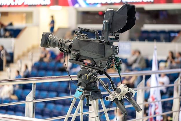 Câmera de vídeo profissional em uma partida de esportes