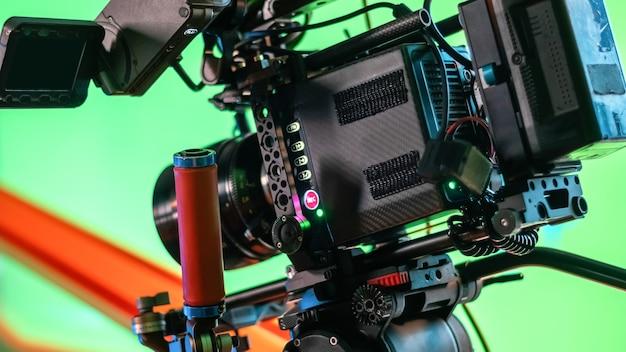 Câmera de vídeo profissional no set de filmagem com muitos cabos
