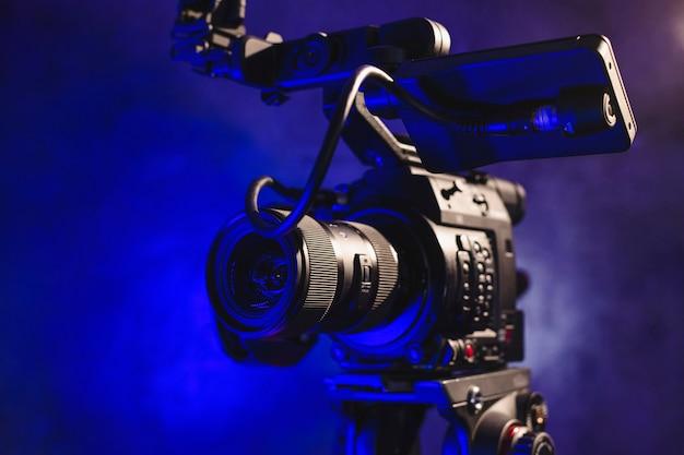 Câmera de vídeo profissional nos bastidores da produção de vídeo