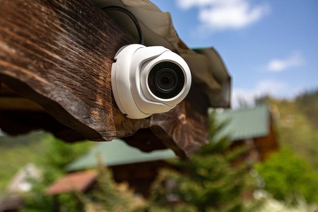 Câmera de videovigilância colocada em uma casa de madeira