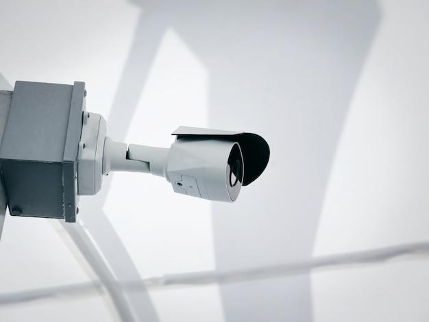 Câmera de vigilância branca de close-up para monitoramento de segurança