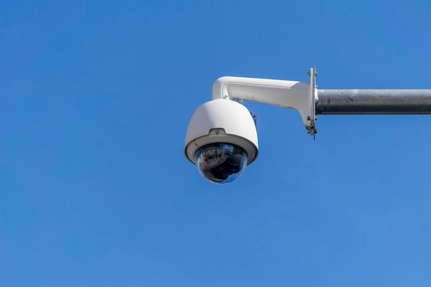 Câmera de vigilância com céu azul