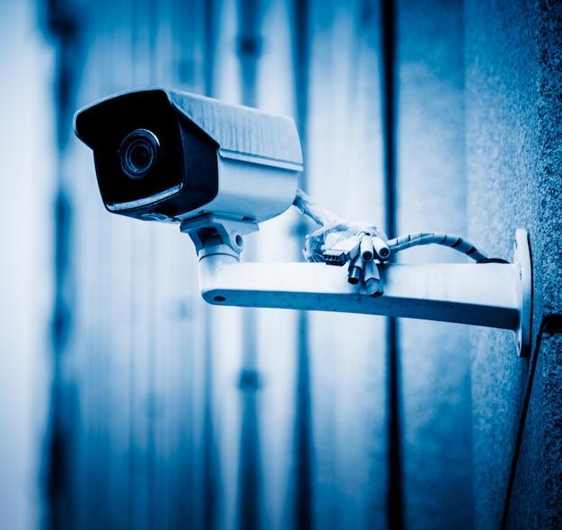 Câmera de vigilância com fundo de construção alta