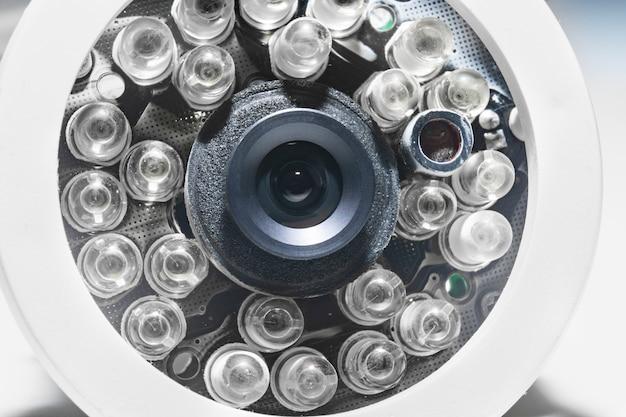 Câmera de vigilância de close-up com leds infravermelhos. cftv e sistema de segurança para a casa e para a rua.