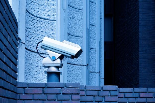 Câmera de vigilância externa fixada em suporte rígido