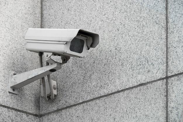 Câmera de vigilância externa na fachada do prédio