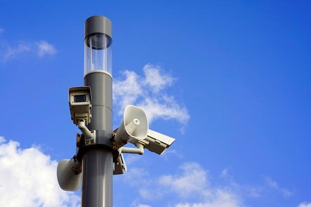 Câmera de vigilância gravando ao ar livre