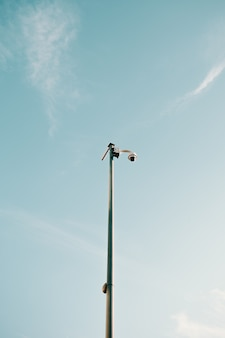 Câmera de vigilância mínima com céu azul