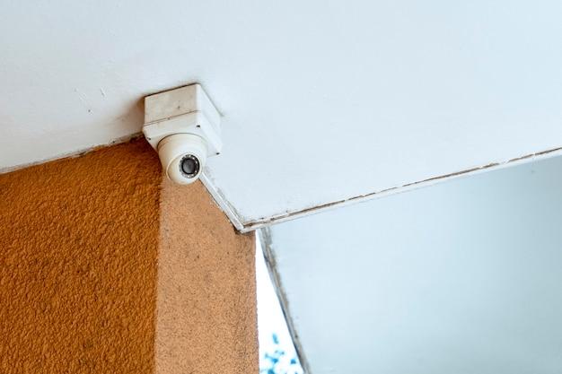 Câmera de vigilância ou segurança externa instalada em um corredor externo. segurança de conceito, vigilância remota, vigilância. Foto Premium