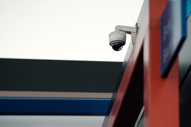 Câmera de vigilância por vídeo cúpula na fachada do edifício. o conceito de um sistema de segurança centralizado. reconhecimento facial, procure criminosos.