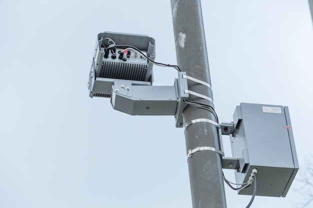 Câmera de violação de tráfego com radar para controle de velocidade de tráfego.