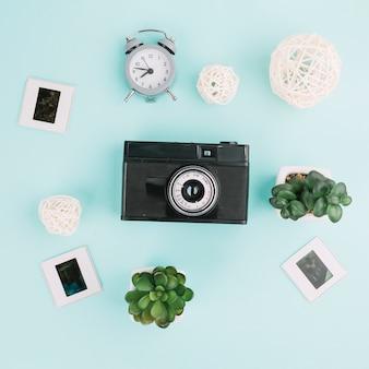 Câmera de vista superior com negativos, relógio e plantas