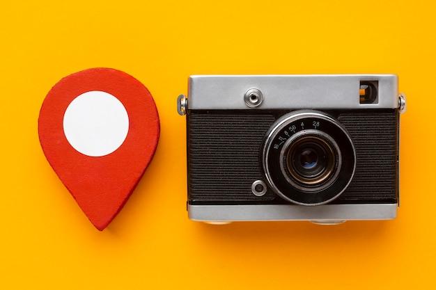 Câmera de vista superior em fundo amarelo
