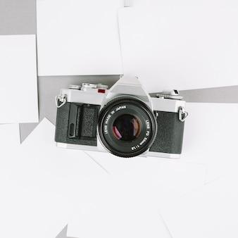 Câmera de vista superior em papéis