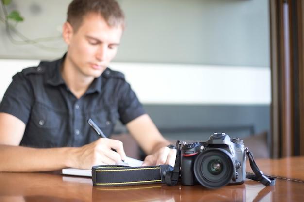 Câmera digital em uma mesa no fundo do fotógrafo