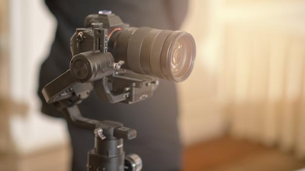 Câmera digital mirrorless e microfone de gravação