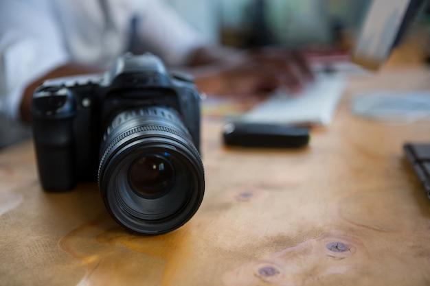 Câmera digital na mesa de escritório