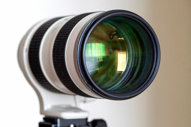 Câmera digital profissional lente de telefoto com zoom branco