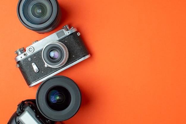 Câmera digital slr e câmera de filme com um conjunto de lentes em um fundo colorido