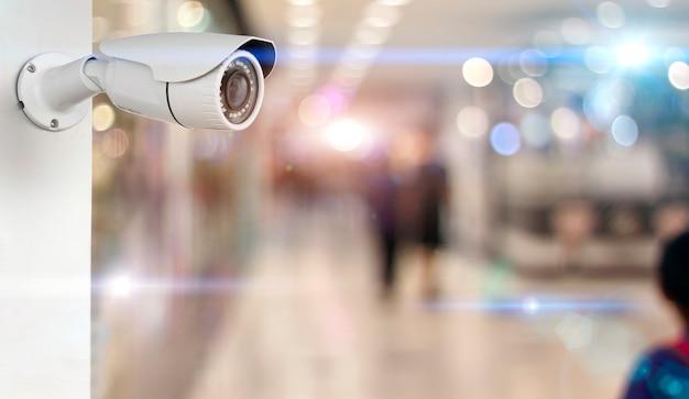 Câmera do cctv em um branco da parede. segurança com fundo desfocado supermercado