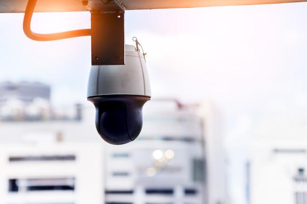 Câmera do sistema de cctv com fundo pf borrão edifício da cidade segurança segura