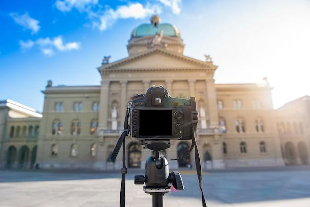 Câmera dslr está tomando foto antiga estrutura do edifício