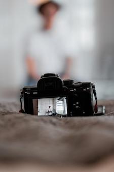 Câmera dslr preparada para uma sessão de fotos