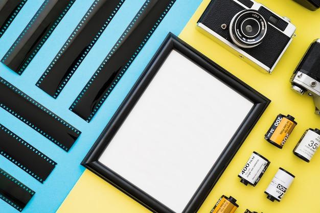 Câmera e filme perto de quadro