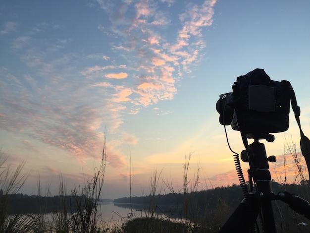 Câmera e nascer do sol.