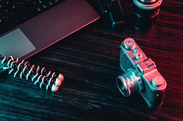 Câmera e portátil velhos do filme na tabela. área de trabalho de hipster