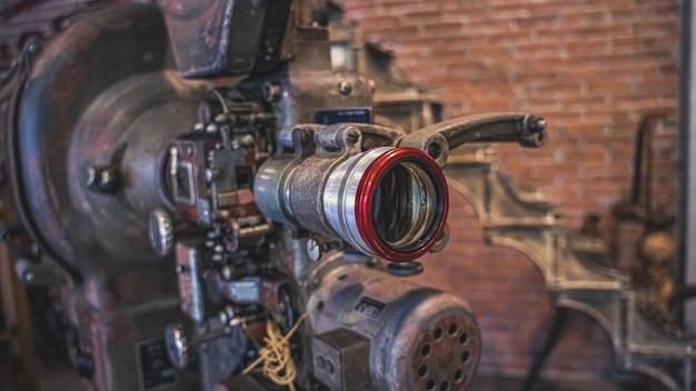 Câmera enferrujada antiga com tripé