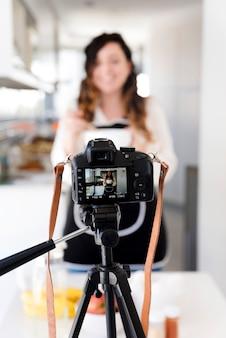 Câmera filmando mulher na cozinha