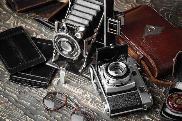 Câmera fotográfica antiga em fundo antigo