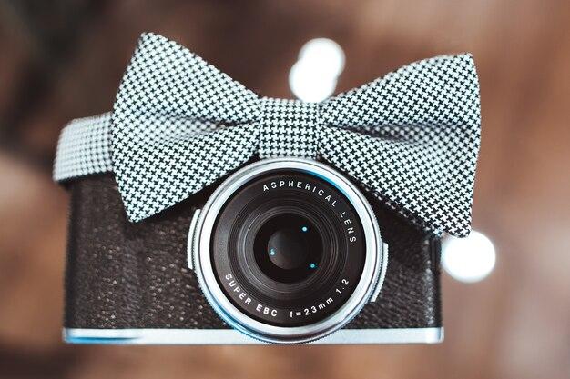 Câmera fotográfica com padrão houndstooth de gravata borboleta