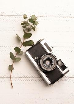Câmera fotográfica de vista superior em mesa de madeira