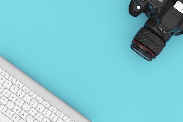 Câmera fotográfica digital moderna com teclado de computador em um fundo azul. renderização 3d