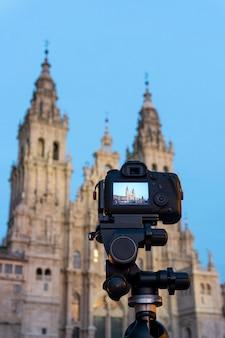 Câmera fotográfica dslr com display digital mostrando a catedral de santiago de compostela ao entardecer. fotografia de pontos turísticos da galiza, espanha. copie o espaço